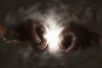 Fototapete Zwei alte braune Boxhandschuhe schlagen zusammen