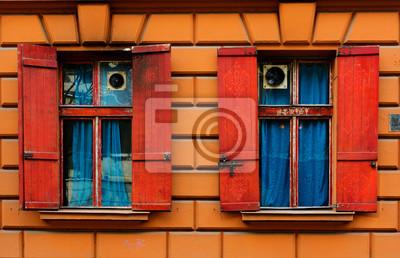 Wohnzimmer Fensterlaeden Konzept : Zwei alte fenster mit roten fensterläden in der steinmauer