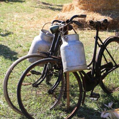 Fototapete Zwei alte rostige Fahrräder für den Transport von Milch in den Mülleimer