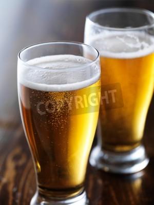 Fototapete Zwei Becher Bier close up