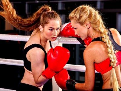 Fototapete Zwei Frauen Boxer tragen rote Handschuhe, um in Ring. Kampfkünste.