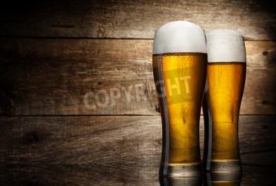 Fototapete Zwei Glas Bier auf Holz Hintergrund mit copyspace