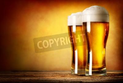Fototapete Zwei Gläser helles Bier auf einem Holztisch