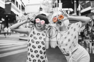 Fototapete Zwei Helle Lustige Coole Modische Mädchen In Blauen Und Rosa  Perücken Im Vergnügungspark. In