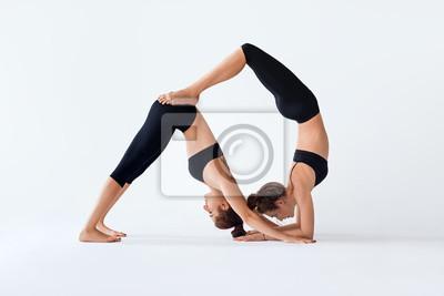 Retro Kühlschrank Yoga : Zwei junge frauen tun partner yoga asana down dog und skorpion