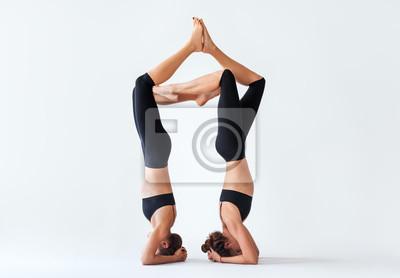 Retro Kühlschrank Yoga : Zwei junge frauen tun yoga asana unterstützt kopfstand fototapete