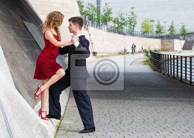 20f4f37ae55 Fototapete Zwei junge Menschen - ein Mann im schwarzen Anzug und eine Frau  mit roten Kleid