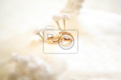 Zwei Ringe Mit Weisse Blume Im Hintergrund Hochzeit P Fototapete