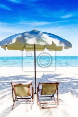 Zwei Stühle und Sonnenschirm am herrlichen tropischen Strand, Thailand