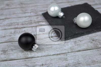 Schwarz Weiße Christbaumkugeln.Fototapete Zwei Weiße Christbaumkugeln Auf Schieferplatte Und Schwarzer