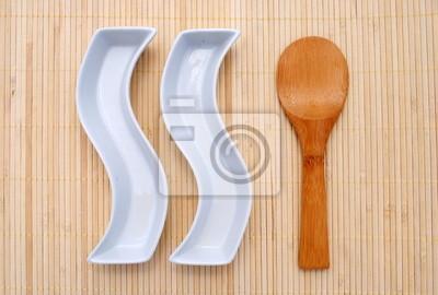 Zwei Weisse Gerichte Und Ein Holzloffel Uber Ein Bambus Tischset