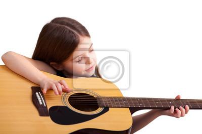 6 Jahre altes Mädchen spielt auf der Gitarre, isoliert auf weiß
