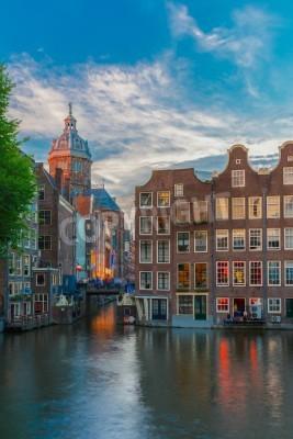 Abend-Blick auf die Stadt von Amsterdam Kanal, Brücke und typischen Häusern, Holland, Niederlande. Langzeitbelichtung.