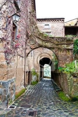 """Alley in """"Civita di Bagnoregio"""", Italien."""