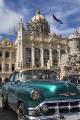 Alte amerikanische Auto vor dem Präsidentenpalast in Havanna