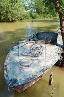 Alte Metall Boot mit einem Paddel auf dem Fluss
