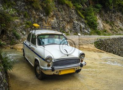Alte Retro-Auto auf Flachwasserfluss abgestellt