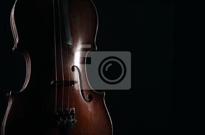 Alte Violine auf dunklem Hintergrund. Detailansicht-Ansicht.
