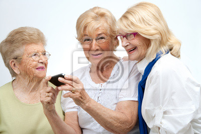 Ältere weibliche Freunde mit mobilen Gerät.