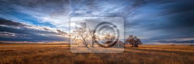 Poster Altes Bauernhaus bei Sonnenuntergang in der Landschaft