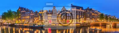 Poster Amstel Fluss, Kanäle und Nacht Blick auf schöne Stadt Amsterdam. Niederlande