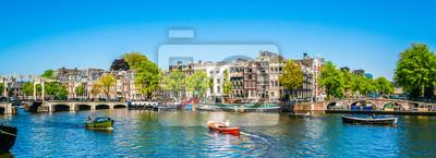 Poster Amsterdam, 7. Mai 2018 - Ansicht über den Fluss Amstel, der mit kleinen Booten und dem Magere Brug (dünne Brücke) im Hintergrund an einem Sommertag gefüllt wird