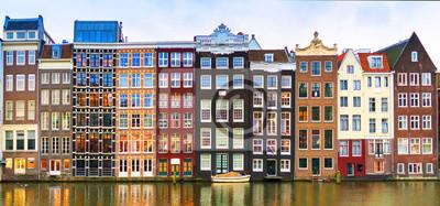 Poster Amsterdam, die Niederlande, am 4. Mai 2017: Reihe von authentischen Kanalhäusern auf dem Rokin in Amsterdam