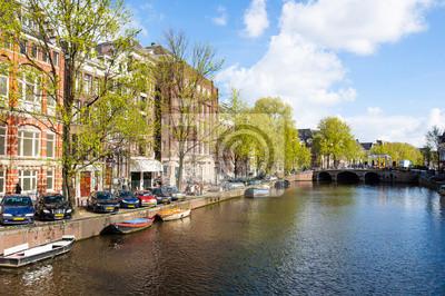 Amsterdam Kanal, Boote entlang der Ufer des Flusses. Niederlande.