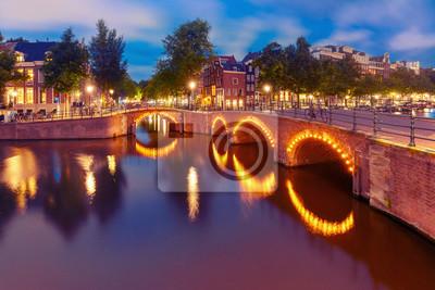 Amsterdam Kanal, Brücke und typische Häuser, Boote und Fahrräder in Abenddämmerung blaue Stunde, Holland, Niederlande. Gebrauchte Tönung