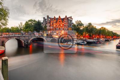 Amsterdam Kanal, Brücke und typische Häuser, Boote und Fahrräder während der Abenddämmerung blaue Stunde, Holland, Niederlande. Gebrauchte toning