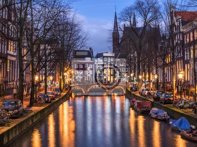 Amsterdam Kanal Leidsegracht und Brücke in den Abend