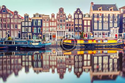 Poster Amsterdam Kanal Singel mit typisch niederländischen Häusern und Hausboote während morgens blauen Stunde, Holland, Niederlande. Gebrauchte Tönung