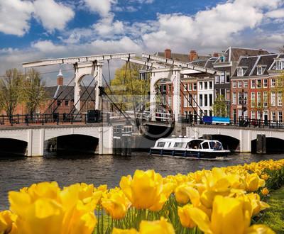 Amsterdam mit Brücke über Kanal in den Niederlanden
