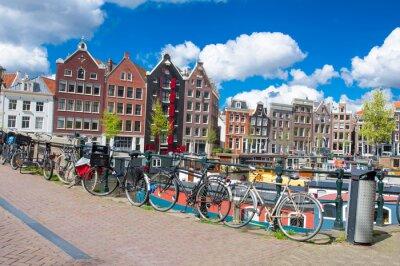 Amsterdam, Niederlande, April 27: Amsterdam Stadtbild mit Mehrfamilienhäusern und Fahrräder auf der Brücke geparkt am April 27,2015. Amsterdam ist die bevölkerungsreichste Stadt des Königreichs der Ni