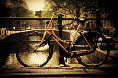 Amsterdam. Romantische Kanalbrücke, Fahrrad