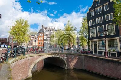 Amsterdam Stadtbild mit Fahrrädern auf der Brücke während der sonnigen Tag, Niederlande.