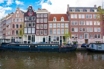 Amsterdam Stadtbild mit Hausbooten entlang des Kanals, Niederlande.