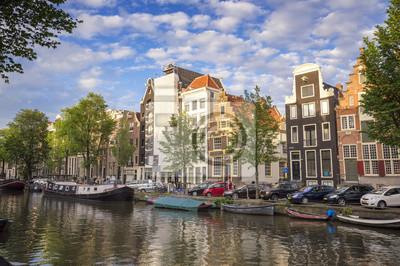 Amsterdam traditionelle Häuser mit Blick auf einen Kanal