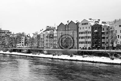 Ansicht des Inn-Flusses im Winter in Innsbruck, in Österreich während des frühen Morgens, der Bäume und der Berge. Schwarz und weiß