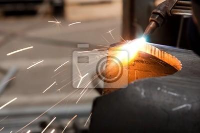 Arbeitnehmer Innerhalb Der Fabrik Metall Schneiden Mit Lotlampe