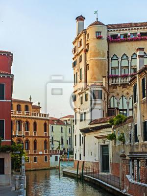 Architektur der alten venezianischen Häusern am Kanal gebaut