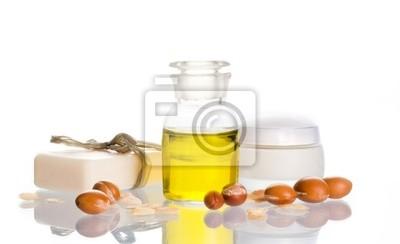 Argan-Öl mit kosmetischen Produkten und Früchte