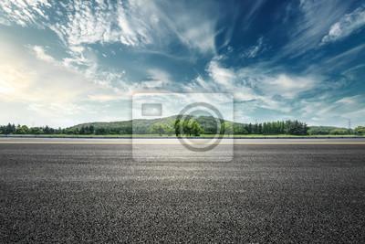 Poster Asphaltstraße und Berg mit Himmel bewölkt Landschaft bei Sonnenuntergang
