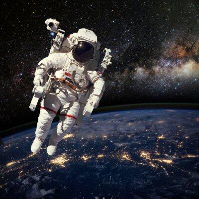 Poster Astronaut im Weltraum über der Erde während der Nachtzeit. Elem