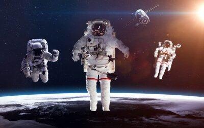 Poster Astronaut im Weltraum vor dem Hintergrund des Planeten Erde. Elemente dieses Bildes von der NASA eingerichtet