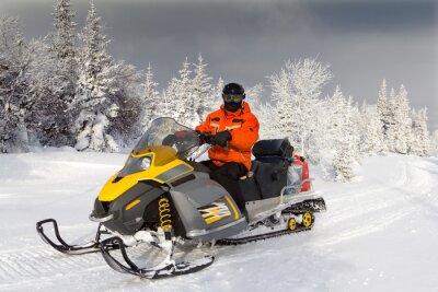 Poster Athlet auf einem Schneemobil.