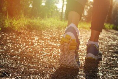 Poster Athleten Läufer Fuß in der Natur, Nahaufnahme auf Schuh laufen. Woman Fitness-Joggen, aktiven Lifestyle-Konzept