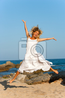 Attraktive Frau im weißen springen im Freien.
