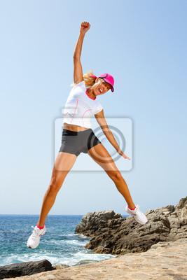 Attraktive Frau mit Haltung gewinnen Springen.