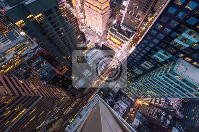 Poster Augenansicht des Vogels von Manhattan, schauend hinunter den Leuten und den gelben Taxis an, die hinunter 5. Allee gehen.